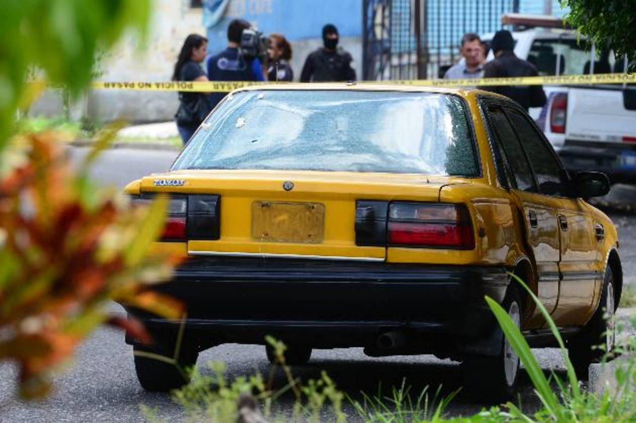 En este carro iban los atacantes. Lo abandonaron a unas dos cuadras del Juzgado de Paz de Mejicanos. Foto EDH / M. Cáceres