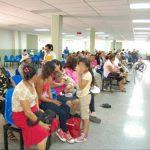 Decenas de usuarios del hospital de San Miguel a la espera que le den las citas. Foto EDH / ARCHIVO