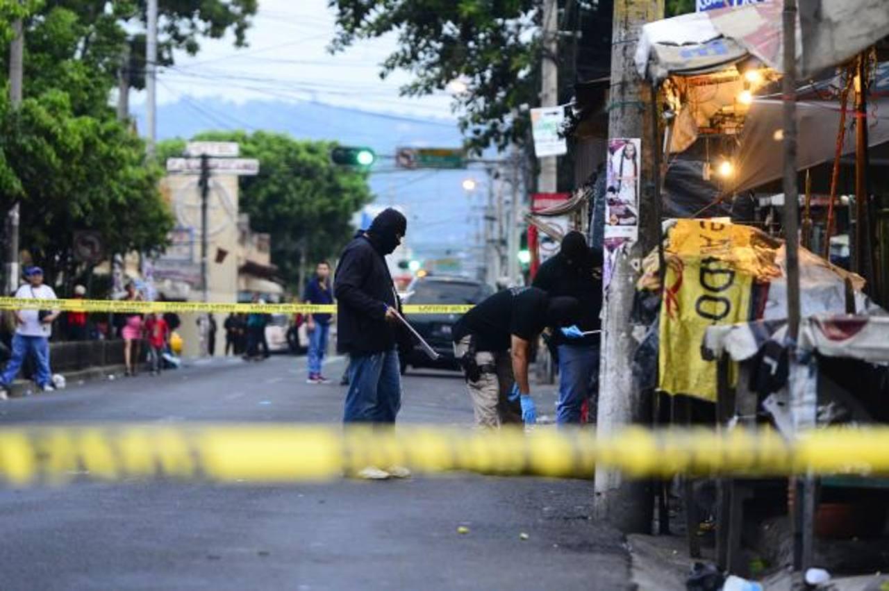 Hombre asesinado ayer por la tarde en la 8a. Avenida Norte, frente al mercado de artesanías ex-Cuartel. La víctima recibió lesiones de arma blanca. Foto EDH /René estrada