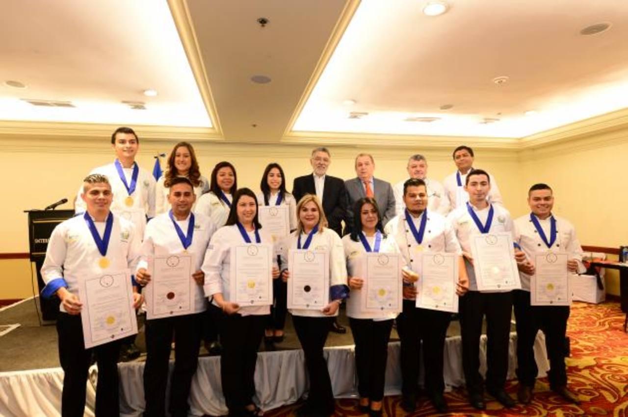 Trece profesionales de la gastronomía recibieron las certificaciones como chefs. Foto EDH /Cortesía.