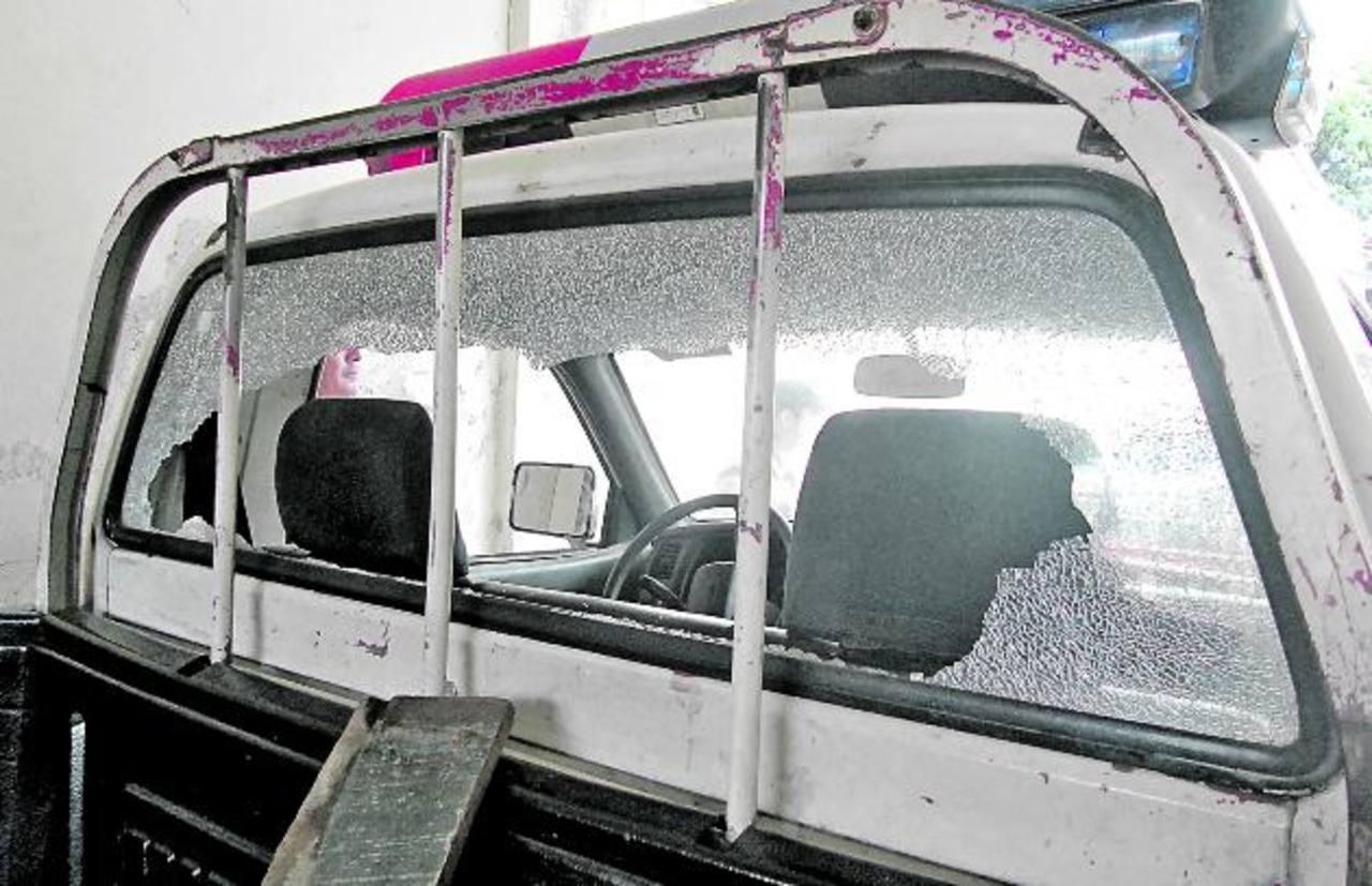 Los vendedores provocaron daños en vehículos del CAM. Foto EDH / Iris Lima