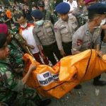 Personal del Ejército traslada uno de los cadáveres recuperados tras el accidente un avión militar en Indonesia.