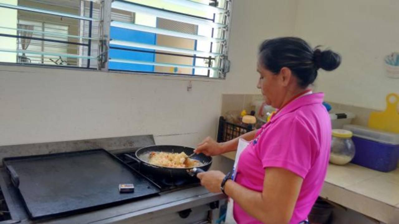 Con limitaciones, las empleadas preparan alimentos para los infantes atendidos en el lugar. fotos edh / Insy Mendoza