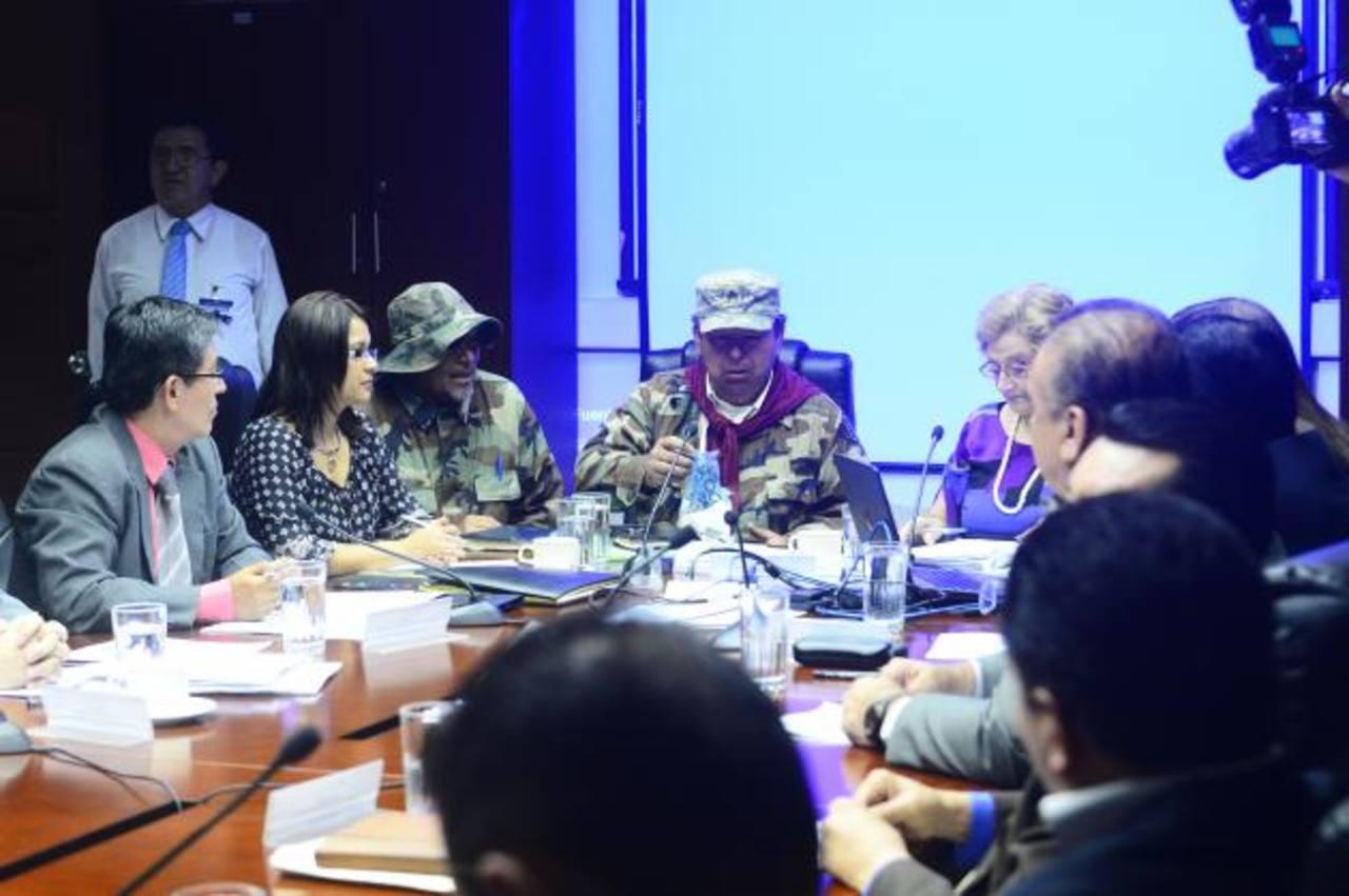 Excombatientes del FMLN y el Ejército pidieron una rápida gestión a los legisladores.
