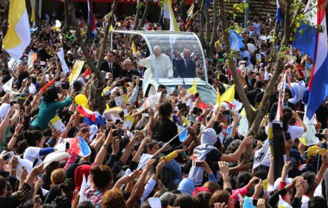 Francisco fue aclamado en las principales calles de Asunción, la capital paraguaya.