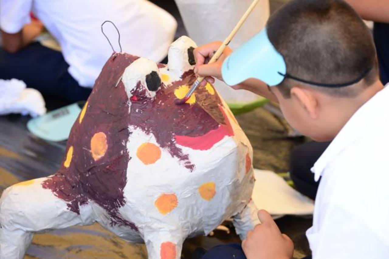 La creatividad de los niños no tuvo límites e hicieron ranas de todo estilo. FOTO EDH/Jorge Reyes
