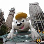 Pachi, la mascota de los Juegos sobre una parada de bus en el centro de Toronto. Foto EDH/AP