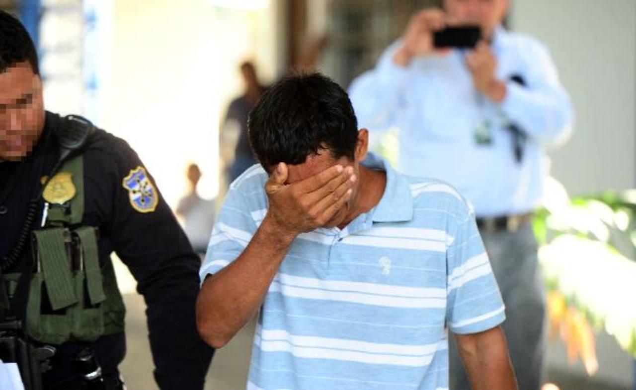 """El padre de la niña asesinada rompió en llanto en los tribunales al ver a su """"amigo"""", como el asesino de su hija. Foto EDH / RENÉ QUINTANILLAJosé Carlos Rodríguez Rivas fue enviado a la cárcel ayer. Ha confesado el homicidio de una niña de seis años"""