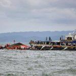 Vista general de las labores de búsqueda y rescate de víctimas de la embarcación que naufragó en aguas frente al puerto de Ormoc, en el centro de Filipinas.