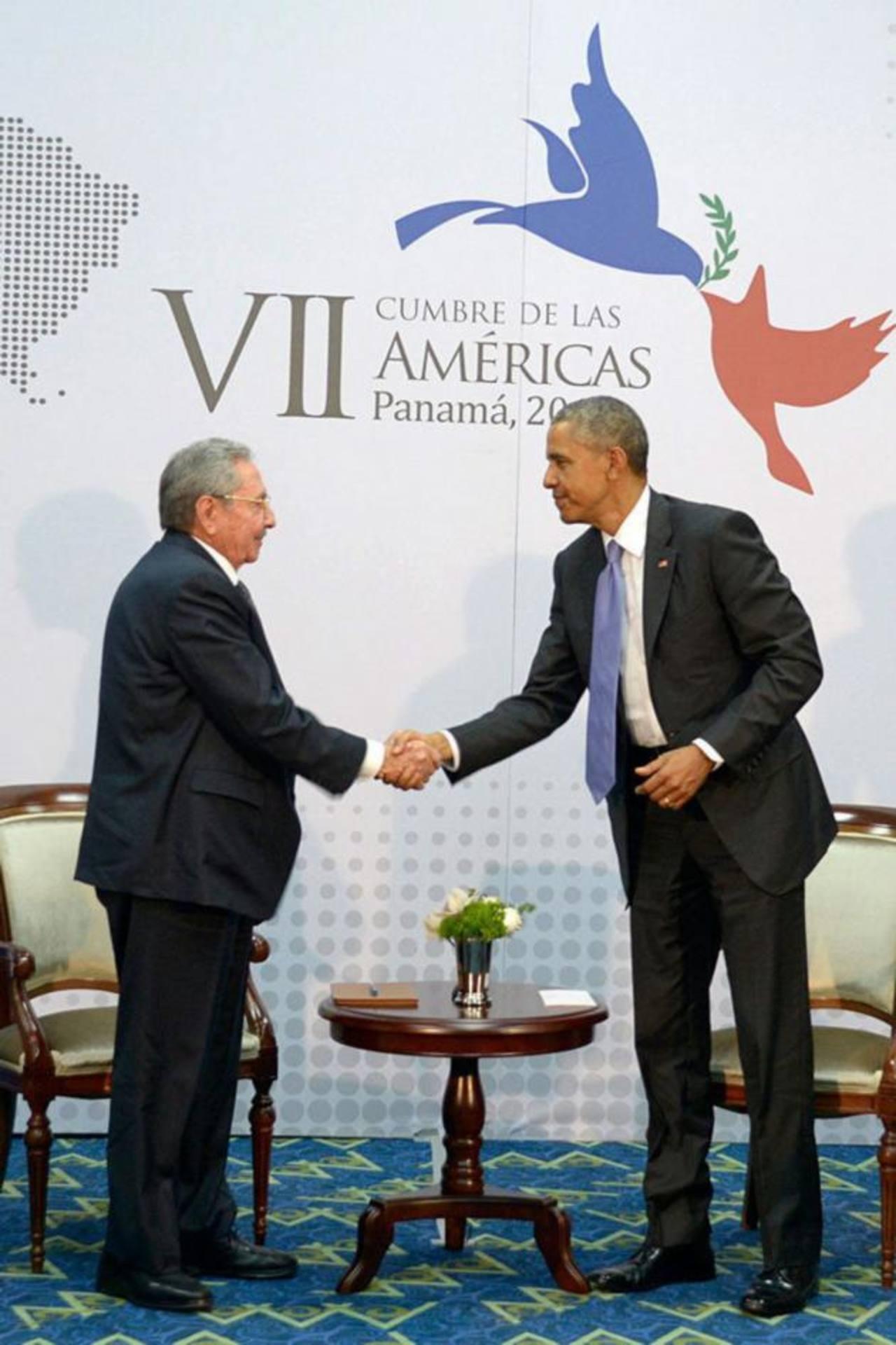 Raúl Castro y Barack Obama, durante la Cumbre de las Américas realizada en abril de este año en Panamá. foto EDH/Archivo