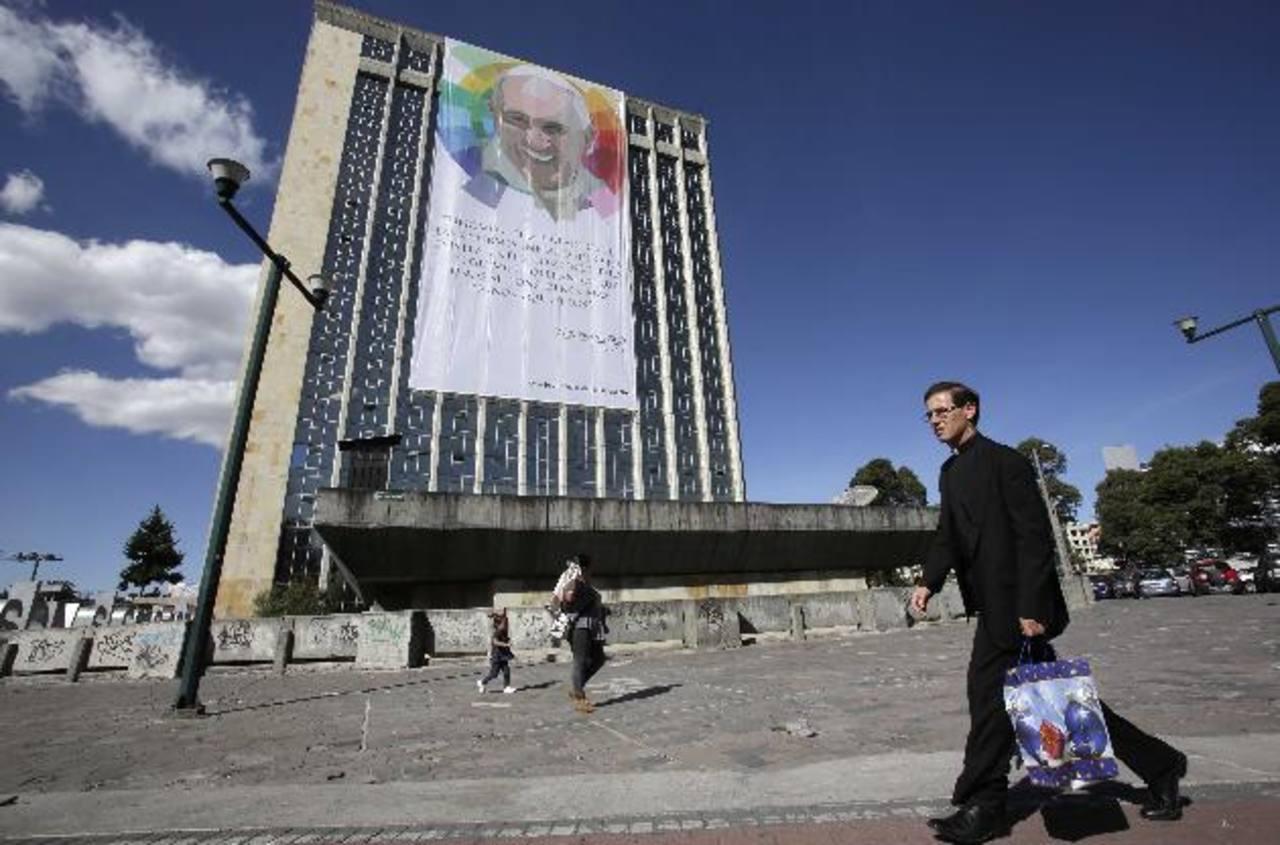 Un cartel con la imagen y palabras del Papa Francisco cuelga en el edificio del Ministerio de Agricultura en Quito, Ecuador. Foto EDH /AP