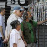 Varios ciudadanos leen los periódicos de este día en el centro de Atenas (Grecia). El Gobierno de Alexis Tsipras presentó un nuevo pliego de medidas a los socios europeos, que se asemeja a las propuestas formuladas por el presidente de la Comisión Eu