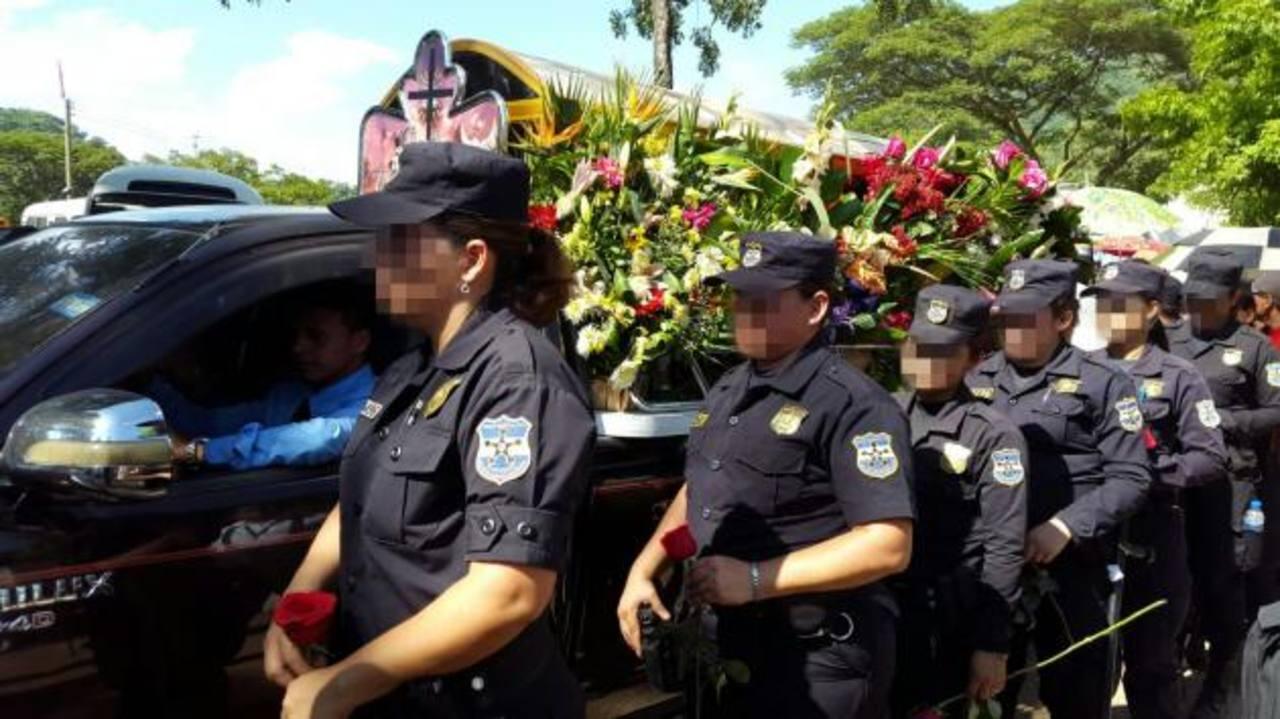 Decenas de policías de diferentes unidades asistieron al entierro de Ana Deysi Cabrera, en Victoria. Foto EDH / Diana Escalante