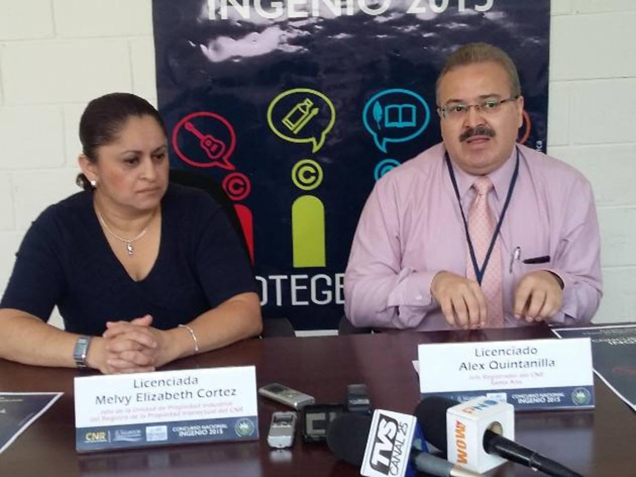 Álex Quintanilla, jefe del CNR y Melvy Cortez, del Registro de la Propiedad Intelectual en Santa Ana. Foto EDH / iris lima
