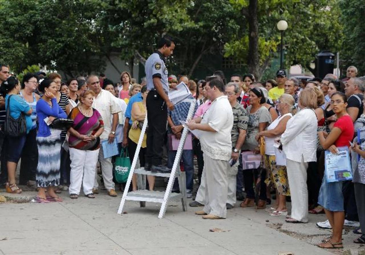 Un grupo de personas que han solicitado visas estadounidenses esperaba ser llamado por un empleado de la Oficina de Intereses de Estados Unidos ayer en La Habana. Foto EDH/AP