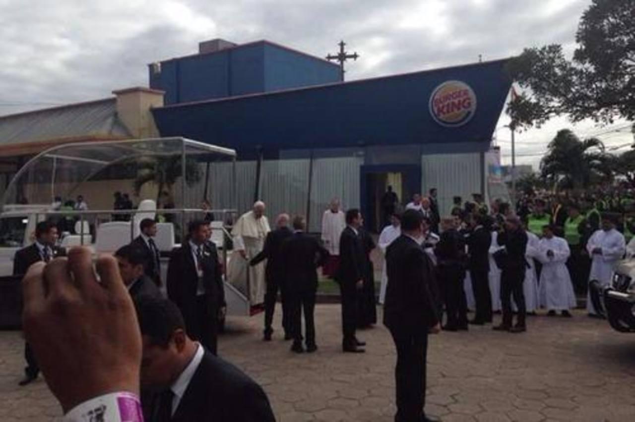 Transforman un Burger King en sacristía para el papa