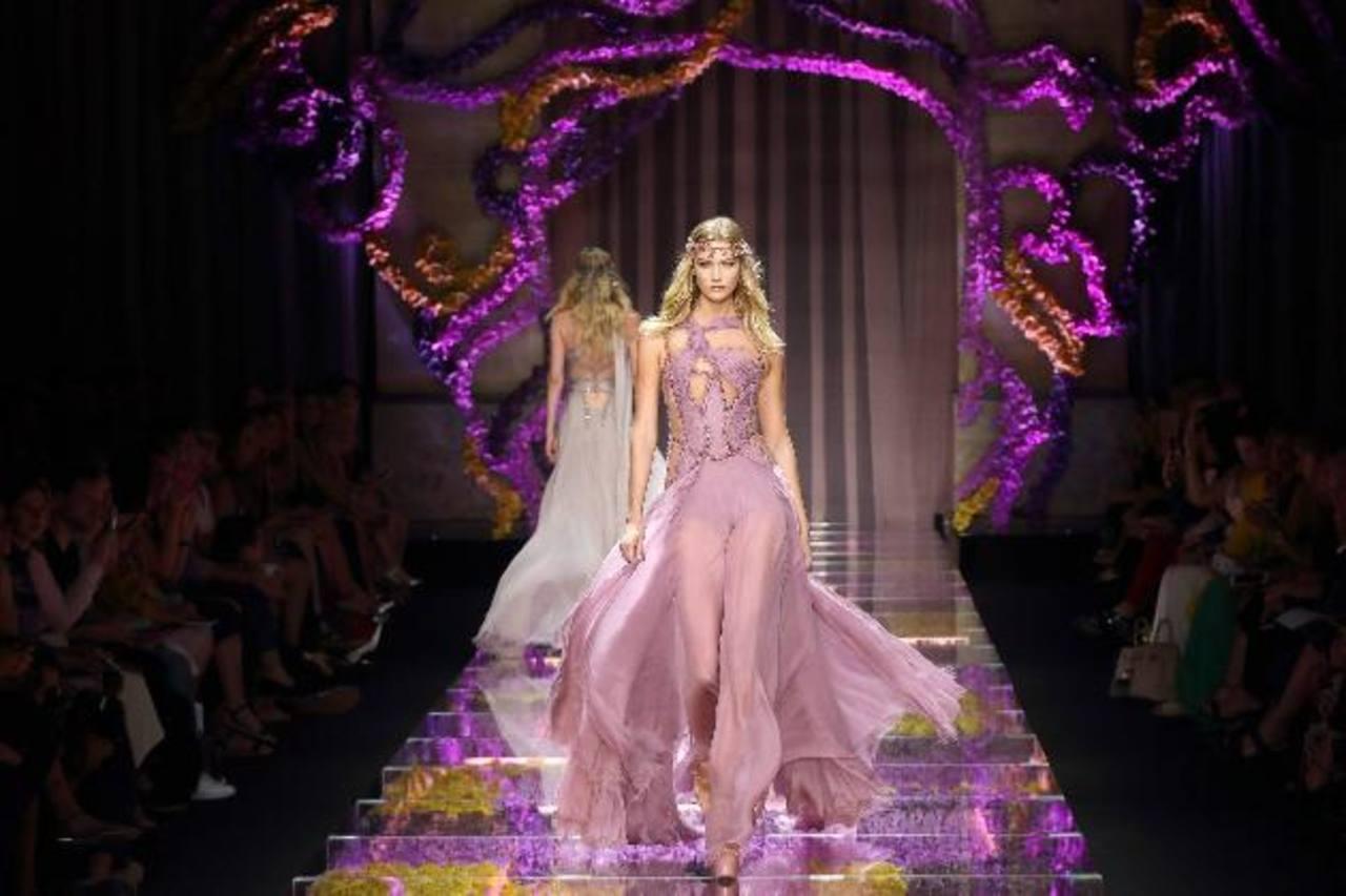 Una modelo presenta una de las propuestas de la colección para el próximo otoño/invierno diseñada por Donatella Versace.