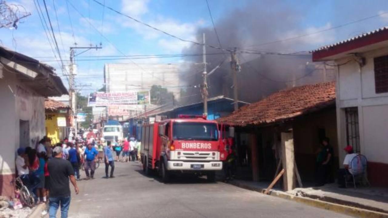 Varios negocios fueron consumidos por un incendio en el centro de Santa Rosa de Lima, La Unión.