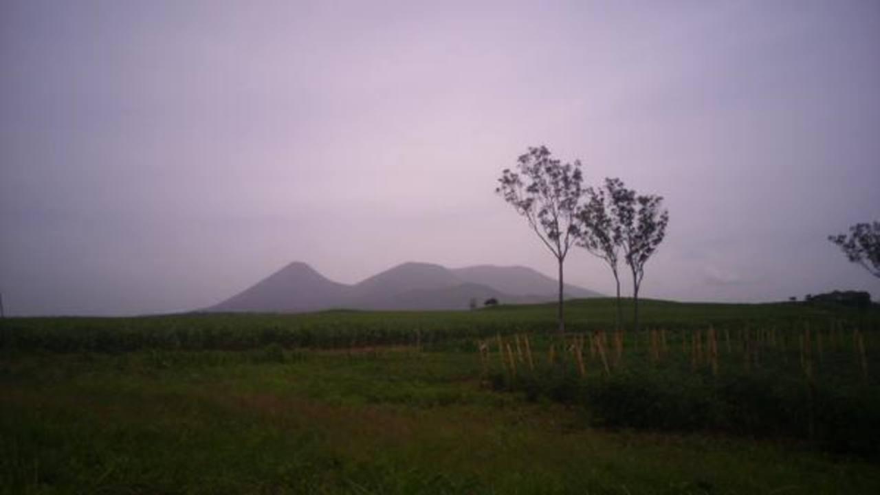La bruma producto del ingreso del polvo proveniente del Sahara, dificulta ver el volcán de Izalco.