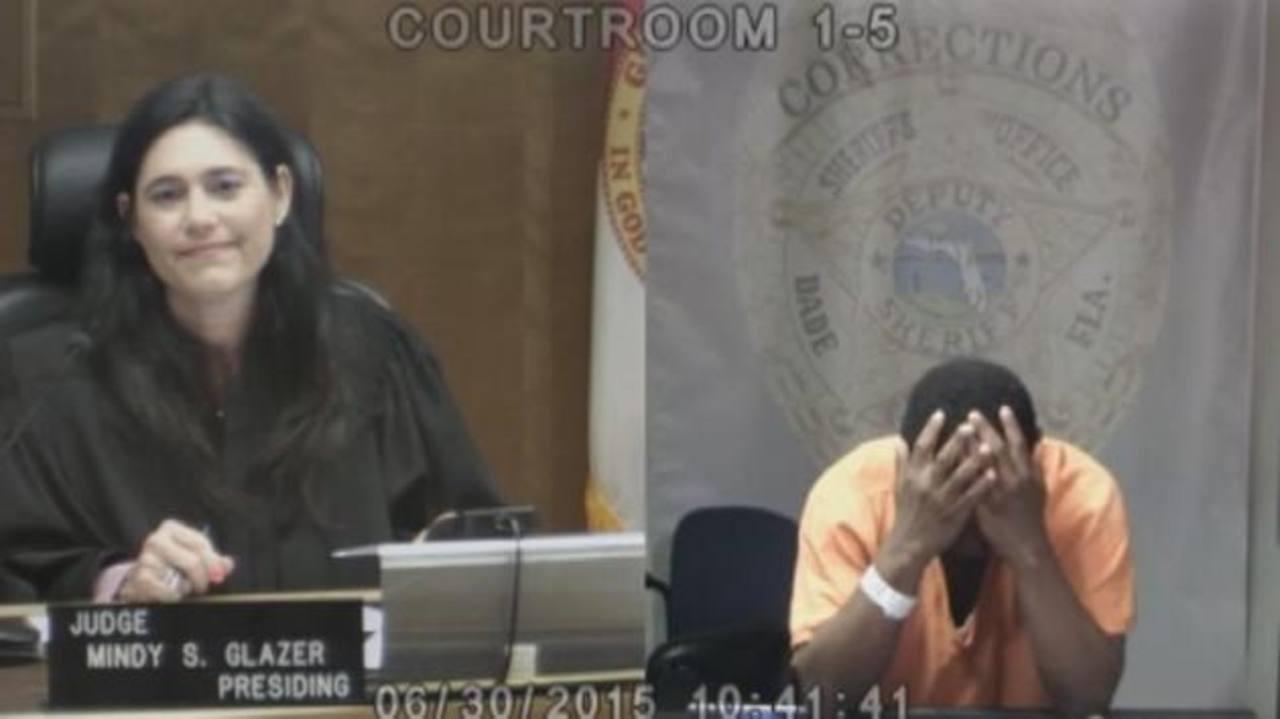 Video: Acusado rompe en llanto al reconocer a jueza... ella fue su amiga en la escuela