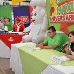Ejecutivos de Maxi Despensa explican las actividades de la tienda en este mes. Foto EDH / iris lima