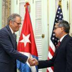 El ministro interino de Relaciones Exteriores de Cuba, Marcelino Medina saluda al jefe de la Sección de Intereses de EE. UU. en La Habana, Jeffrey DeLaurentis, quienes intercambiaron las cartas de los presidentes ayer en La Habana. foto edh / EFE