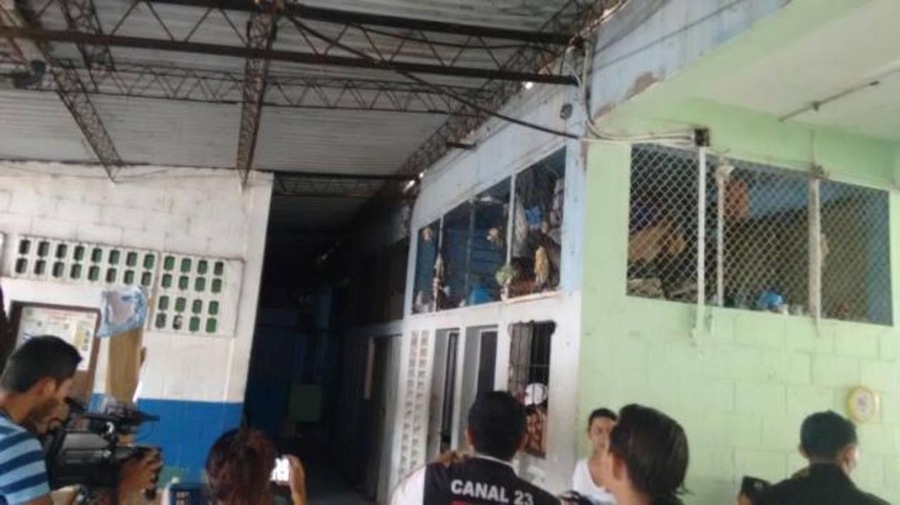 Las bartolinas de la delegación policial fueron inspeccionadas. Foto EDH / insy mendoza