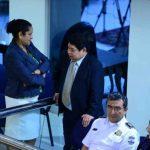 La diputada Zoila Quijada, del FMLN, platica con el ministro de Seguridad, Benito Lara, en la plenaria de ayer. Foto EDH / Jorge reyes