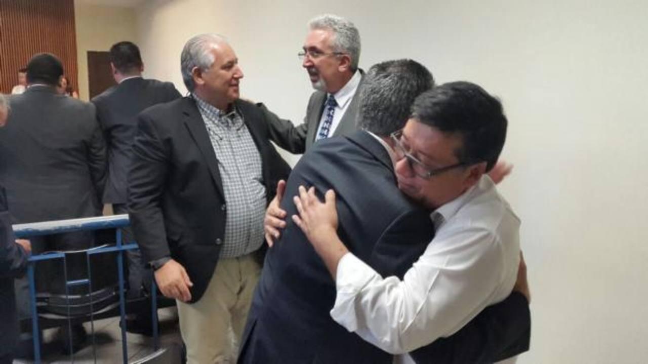 Algunos de los exfuncionarios procesados se felicitan tras conocer el fallo que los libra de cargos. Foto EDH / juan josé morales