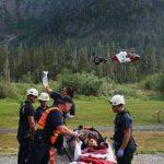 El 6 de julio de 2015 personal del equipo de rescate atiende a víctima en el sendero de Big Four en Verlot, Washington, antes de ser llevada por helicóptero.