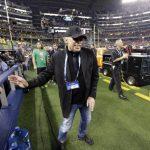 Phil Knight aparece en esta imagen durante un partido de fútbol americano en Arlington, Texas, en enero del presente año.