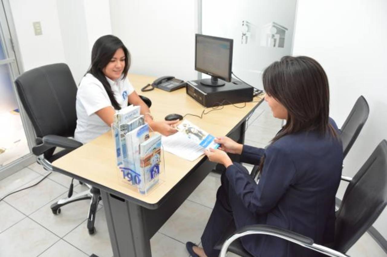 En esta nueva sucursal los salvadoreños podrán obtener información de todos los servicios que el Fondo Social ofrece. Foto EDH /David Rezzio
