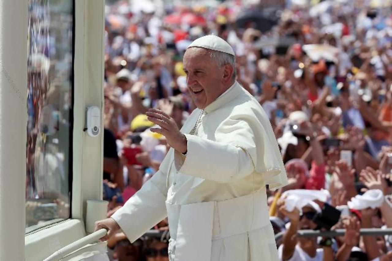 Miles de fieles esperan al papa Francisco en el parque Bicentenario de Quito