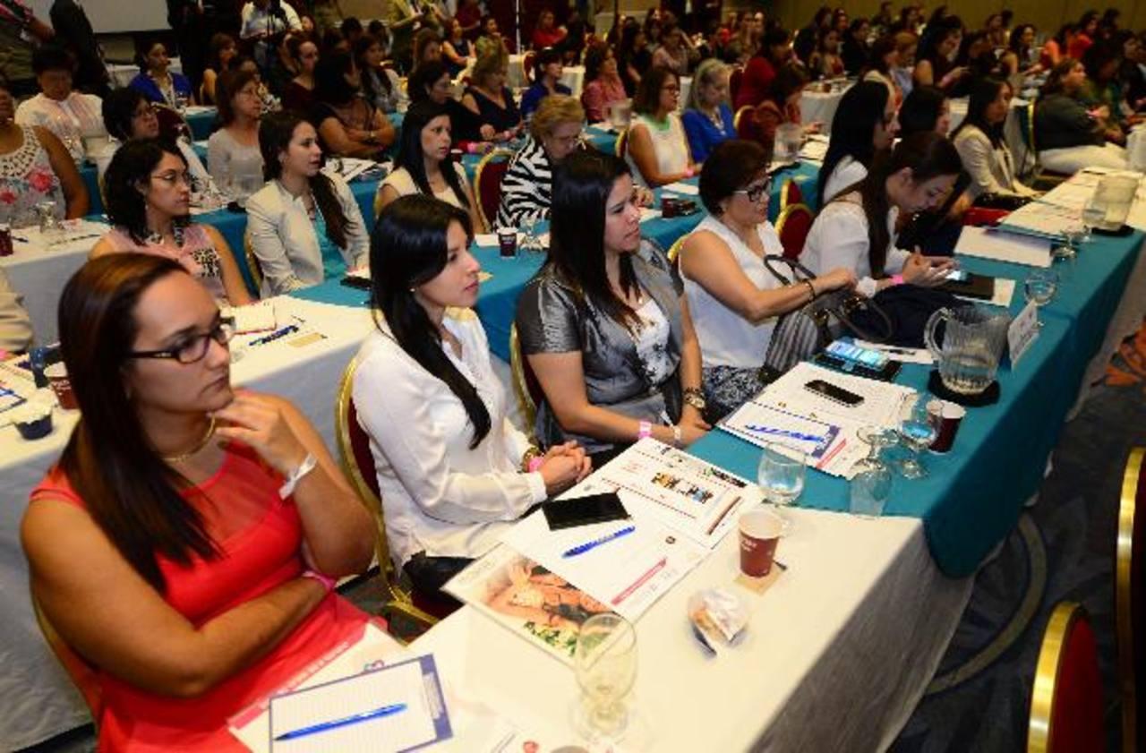 Durante el Congreso Mujer y Liderazgo se contó con más de 500 participantes, que escucharon atentamente las modernas teorías de la neurociencia. foto edh / Mauricio Cáceres