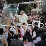 Decenas de miles de personas que ya lo aguardaban saludaron al Pontífice mientras avanzaba con su comitiva desde el aeropuerto hacia Quito, la capital ecuatoriana. foto edh / ap