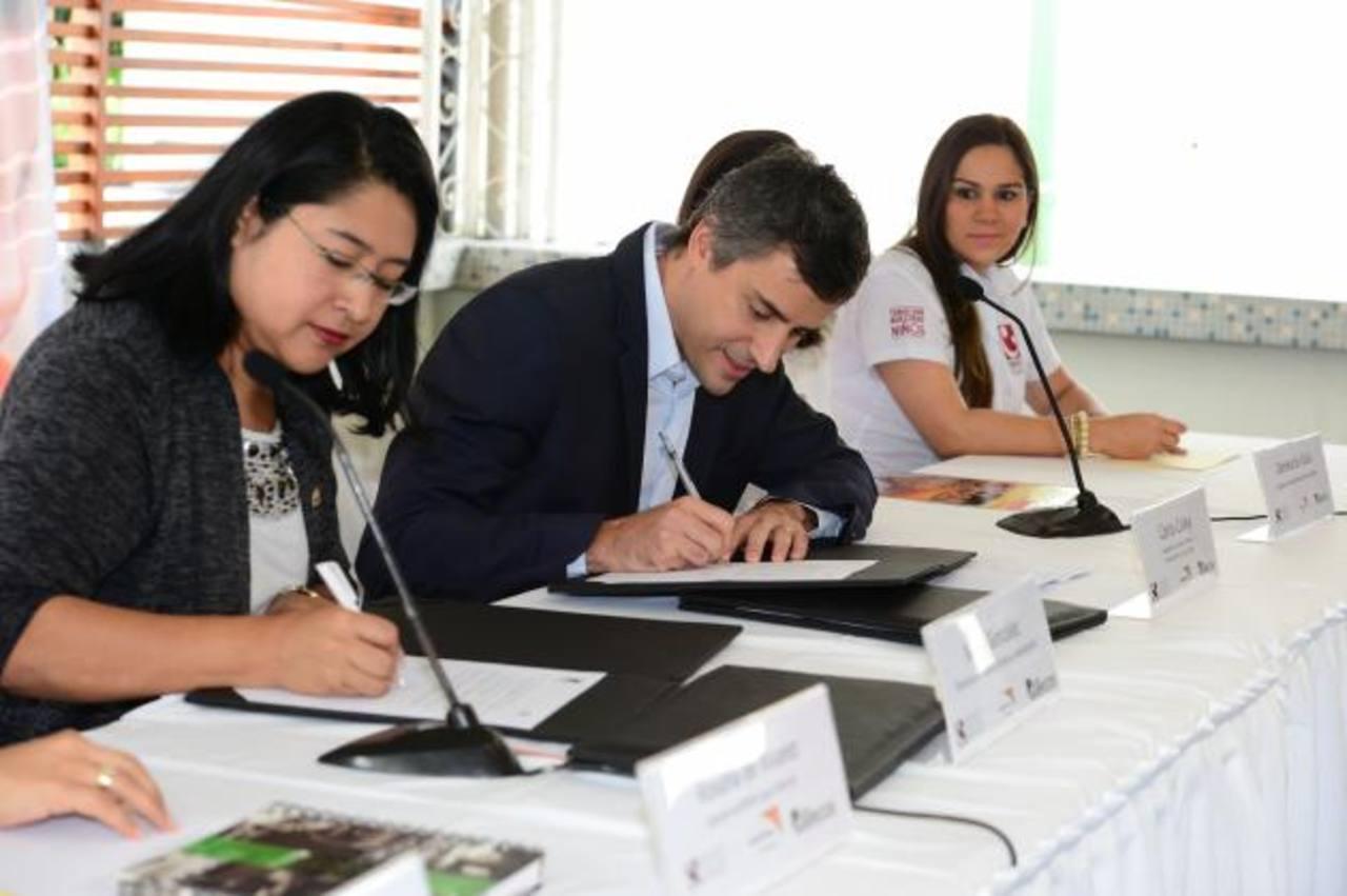 Carlos Calleja, pte. de Fundación Calleja, firma el convenio con World Vision. foto EDH / Jorge Reyes
