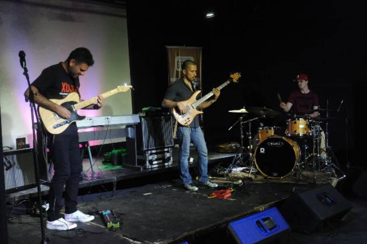El trío de jazz, funk y groove brindó una minisesión de los temas de su producción musical finalizada en julio de 2014. Otros músicos nacionales les acompañaron. Foto EDH /Lissette Monterrosa