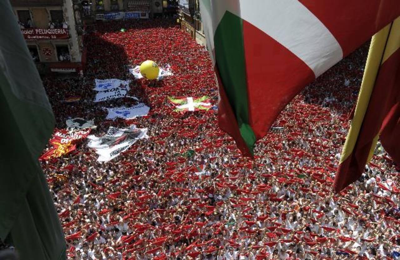 Miles de personas lanzan el tradicional pañuelo rojo en la Plaza del Ayuntamiento de Pamplona. foto EDH