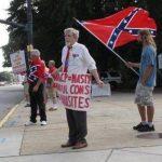 William Cheek (izquierda), Nelson Waller (centro), y Jim Collins, protestan contra la propuesta de retirar la bandera confederada de los terrenos del Edificio el Poder Legislativo de Carolina del Sur.