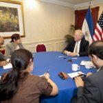 El alto funcionario estadounidense atendió a medios de comunicación en el país antes de iniciar sus reuniones con el gobierno. foto EDH / AP