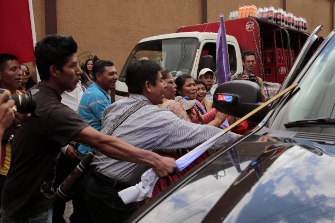 Manifestantes golpean el auto donde se transporta el embajador de EE. UU. en Guatemala, Todd Robinson, ayer. foto edh / efe