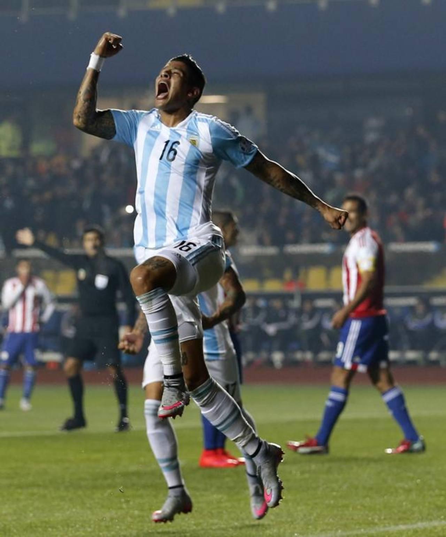 Marcos Rojo abrió la cuenta para Argentina, al minuto 15, ante Paraguay. Foto EDH/ AP