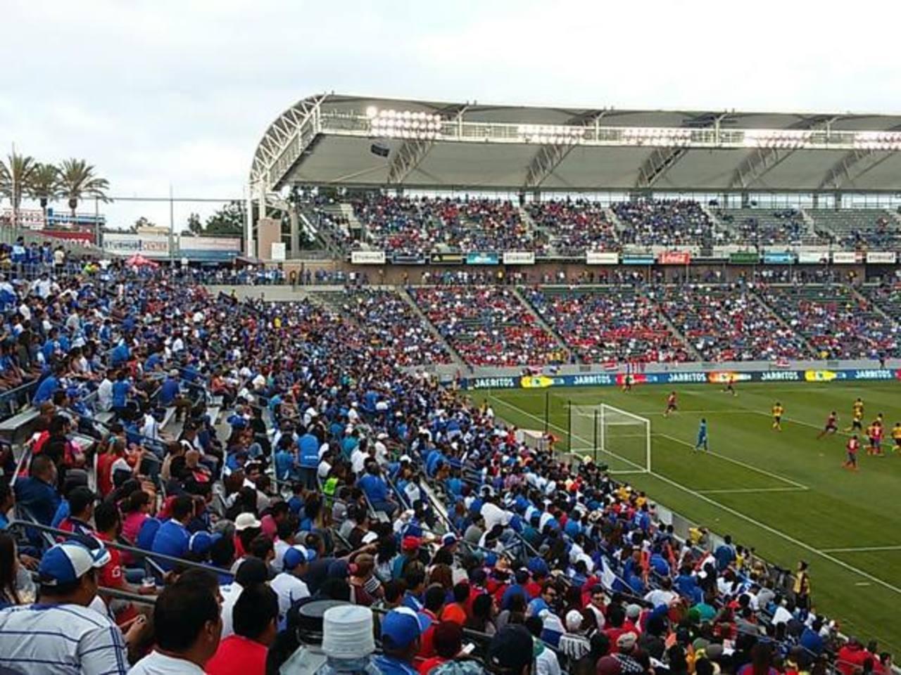 Mayoría absoluta de salvadoreños en el estadio. La Azul fue local. Foto EDH