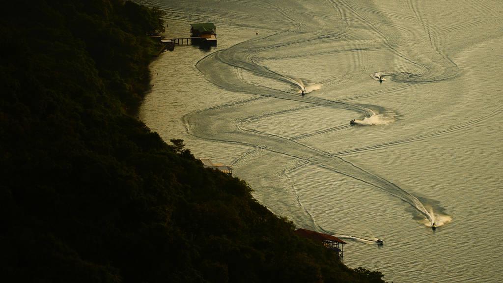 Trazos en el lago de Coatepeque