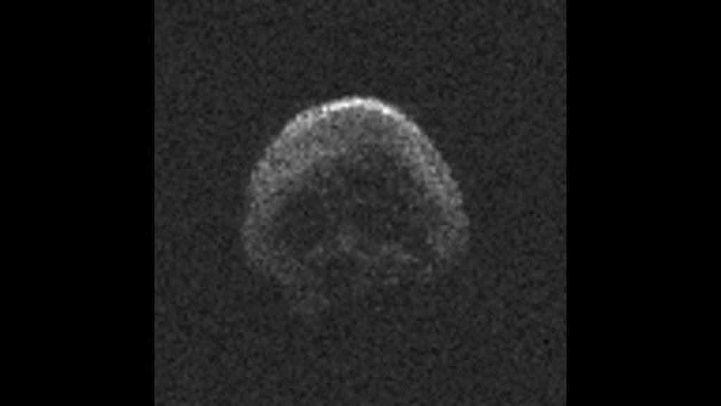 La gran calabaza, el asteroide en forma de calavera que pasará hoy cerca de la Tierra