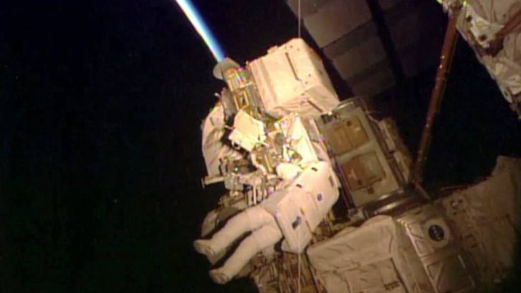 Astronauta da caminata especial antes de batir marca de EEUU