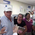 Sobrevivientes de cáncer escuchan al doctor Alcides Gómez, en la Consulta Externa del Rosales.