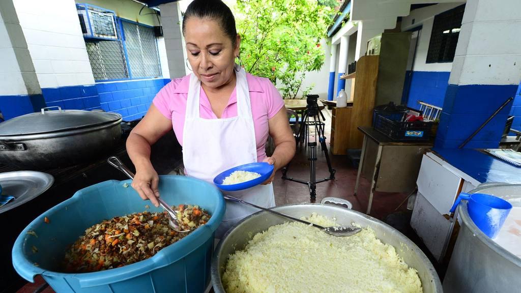 Margarita Perdomo prepara los alimentos para los estudiantes del Instituto Nacional de Antiguo Cuscatlán, ahí muchos de los estudiantes esperan con ansías el refrigerio.