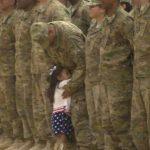 Niña roba corazones al interrumpir ceremonia para abrazar a su papá