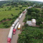 Transportistas paralizan frontera La Hachadura por lentitud en trámites